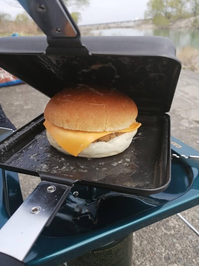 ハンバーガーのホットサンド